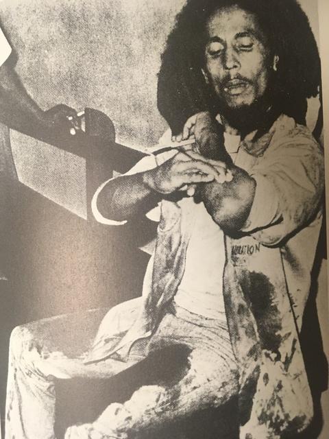 ⑤スマイル・ジャマイカ_銃撃後のボブ.JPG
